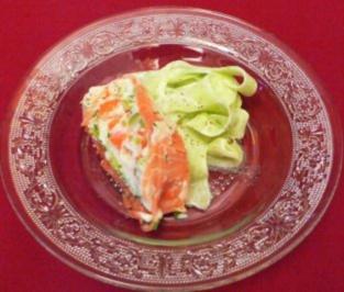 Buttermilchterrine im Ikarimi-Räucherlachsmantel auf Gurkensalat - Rezept - Bild Nr. 2