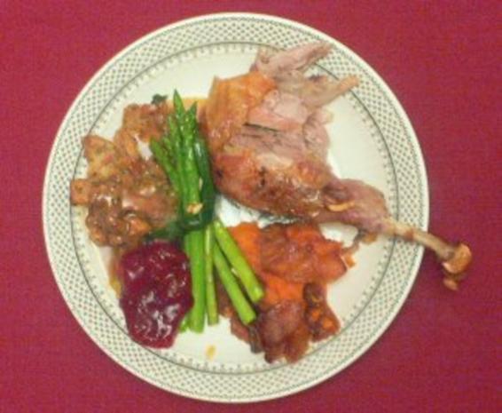 Gefüllter Truthahn mit Preiselbeersoße, Süßkartoffelpüree und Spargelbündeln - Rezept - Bild Nr. 2