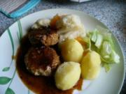Kleine Buletten, Kartoffeln, Mischgemüse und grüner Salat - Rezept