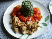 Grünes Reistürmchen, umrahmt von Puten- und Paprikageschnetzeltem - Rezept