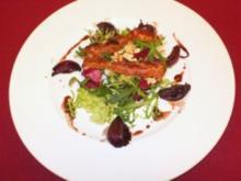 Variationen von Blattsalaten mit warmen Balsamico-Zwiebeln und Nüssen - Rezept - Bild Nr. 2