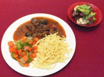 Rindfleischragout mit Backpflaumen, glasiertem Gemüse & süß-saurem Salat - Rezept