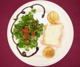 Parfait der Räucherforelle mit Blinis auf Salat - Rezept - Bild Nr. 2