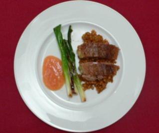 Gans mit roten Linsen und Zwiebelschloten an Ingwer-Pflaumen-Soße - Rezept - Bild Nr. 2