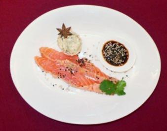 Rezept: Gebeizter Lachs mit weißem und schwarzem Sesam an Koriandersoße