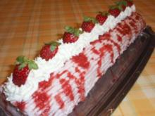 Torte: Biskuitrolle mit Erdbeersahne - Rezept