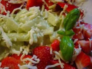 Spargel-Erdbeer-Salat mit Basilikumschaumsauce und geriebenem Mozzarella - Rezept