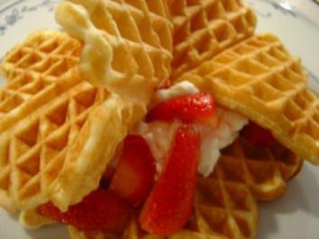 Waffeln mit frischen Erdbeeren und Sahne... - Rezept