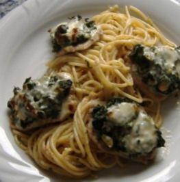 Kalbsschnitzelchen mit Spinat und Käse gratiniert auf Tomatenspaghetti - Rezept