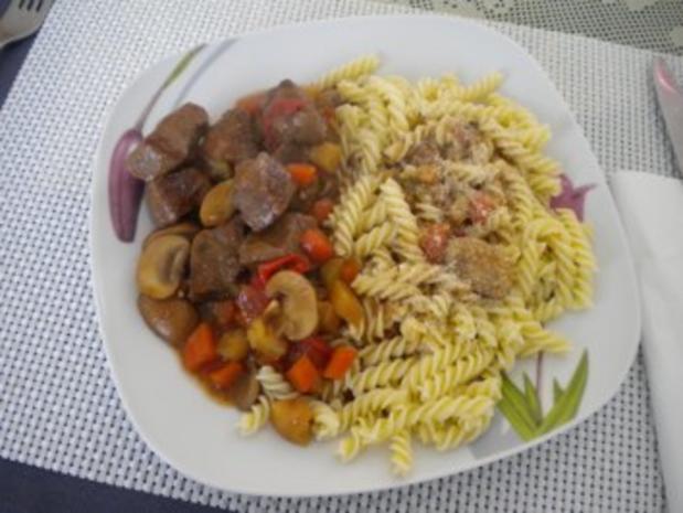 Rindshuft mit Teigwaren und Salat - Rezept - Bild Nr. 2