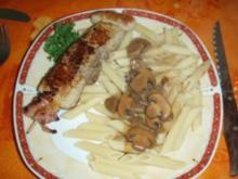 Fleischspiesse mit Teigwaren an einer Champignons-Sauce und Salat - Rezept