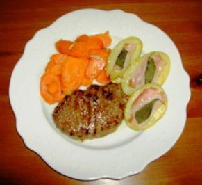 Fenchel-Chili-Steaks mit Salbei-Speck-Kartoffeln und Pfannenmöhren - Rezept