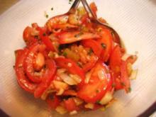 Tomatensalat mit mild gebratenen Zwiebeln - Rezept