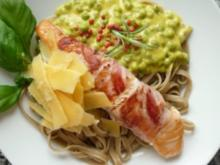 Tagliolina ai Funghi Porcini mit Lachs im Baconmantel an Erbsen-Curryrahm - Rezept