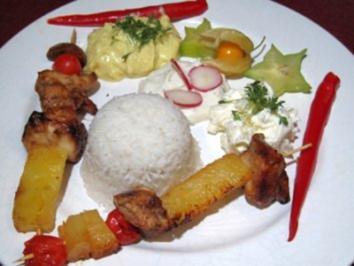 Rezept: Hähnchenfleisch Paradiesvogel mit Dips, Knoblauchbrot und Gemüse