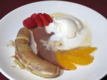 In Rum pochierte Bananen mit Schokoladensoße und gerösteten Mandeln - Rezept