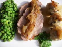 Kräuter-Zwiebelbraten zu Mini-Pilzknödeln und Kerbel-Minz-Erbsen - Rezept