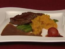 Straußensteak, dazu Butternuss-Kürbis, grüner Spargel und Tomate (Holger Franke) - Rezept