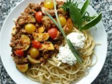 Kräuter-Hackfleischpfanne mit Zucchini und Tomaten an Spaghetti mit Frischkäsenocken - Rezept