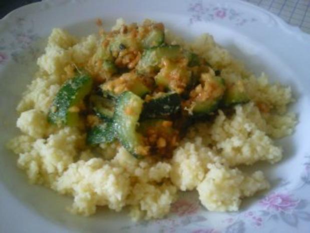 Couscous mit Zucchini und Erdnüssen - Rezept