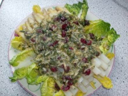 Spargel mit Basilikum-Cranberrie-Pesto im Romanabett - Rezept