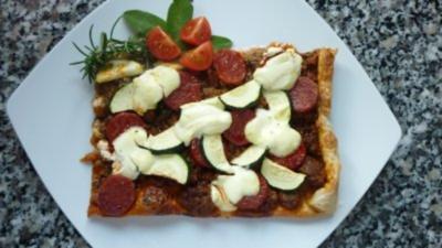 Zucchini-Chorizo-Blätterteigkuchen mit Schmandklecksen - Rezept