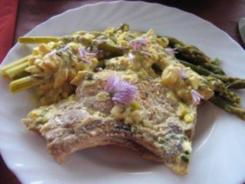 Kotelett mit grünem Spargel an Kräuter-Senf-Sauce - Rezept