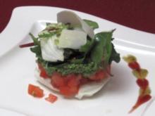 Türmchen von Mozzarella mit Tomaten, Rucolapesto und Salatbouquet - Rezept