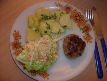 Frikadellen mit Eisberg-Käsesalat und Frühlingszwiebeln-Basilikum-Kartoffeln - Rezept