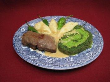 Spinat-Pecorino-Roulade mit Erbsenpüree und Rinderfilet - Rezept