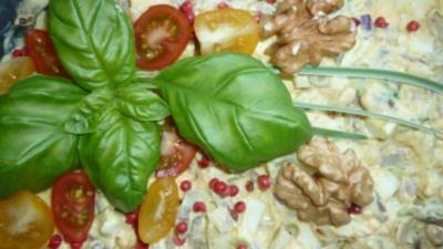 Fruchtiger Eiersalat an Honig-Bananen-Senfdressing und Pinienkernen - Rezept