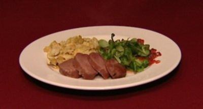 Gepökelte Schweineschulter, Spätzle mit Zwiebeln und Käse und Feldsalat (Balou Martin) - Rezept