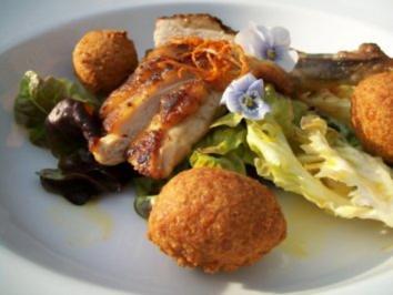 Knusperperlhuhn mit goldenen Linsenbällchen auf Sommersalat in Orangen-Olivenölemulsion - Rezept