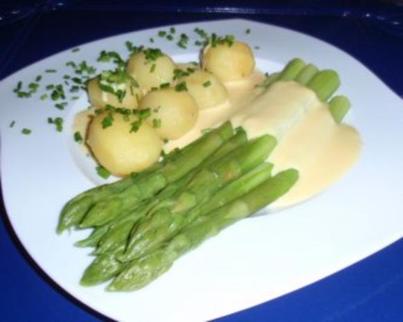 Grüner Spargel mit Butterkartoffeln und Soße Hollandaise - Rezept