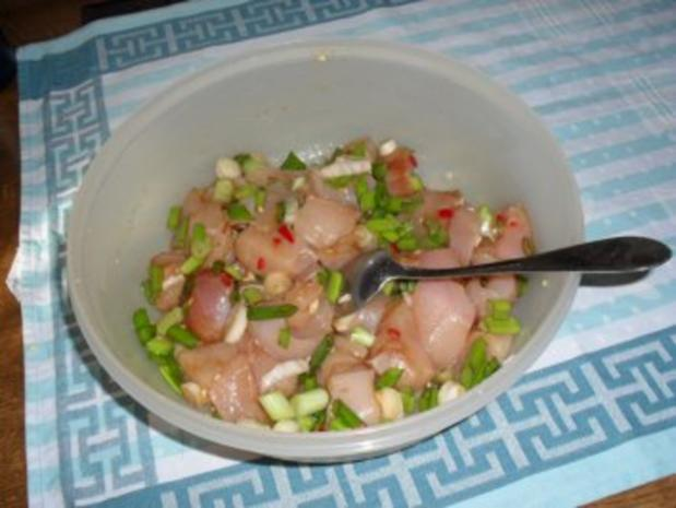 Wok-Pfanne mit Knobi-Hähnchen, Möhren, Chinakohl, Frühlingszwiebel und Cocktailtomaten - Rezept - Bild Nr. 3