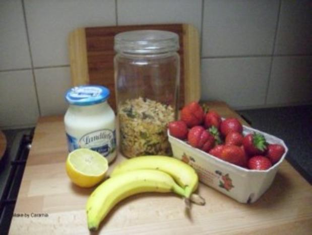 Hausgemachtes Müsli mit Erdbeer-Bananen-Püree und Joghurt - Rezept
