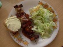 deftige Schaschlikspieße mit fruchtigem Joghurt-Eisberg-Salat - Rezept
