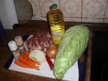 Spitzkohl mit Schweinenacken, Karotten, Sellerie und Zwiebeln - Rezept