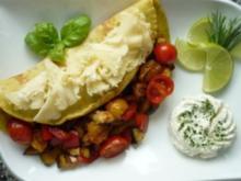 Currykraut-Pfannkuchen mit knackiger Gemüsefüllung  und Tete de Moine-Locken - Rezept