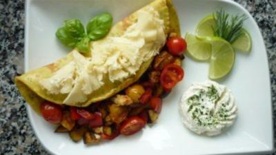 Rezept: Currykraut-Pfannkuchen mit knackiger Gemüsefüllung  und Tete de Moine-Locken