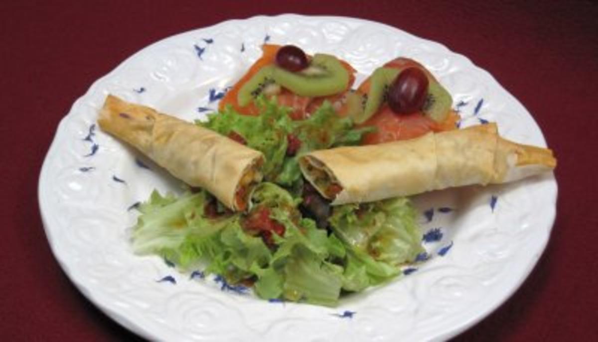 Räucherlachs mit Frischkäse, Filoteigrolle mit Gemüse und Shrimps an Salat - Rezept By Das perfekte Dinner