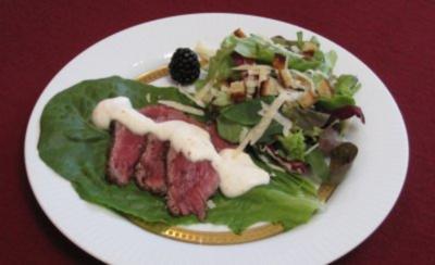 Gebratenes Rindercarpaccio mit Frühlingssalaten und Parmesan - Rezept