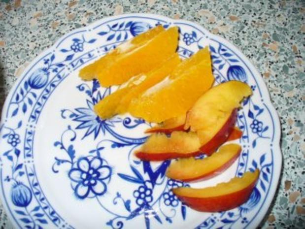 Schokoeisbecher mit Früchten und Schlagsahne - Rezept - Bild Nr. 3