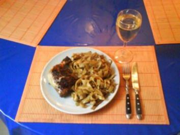 Geflügel: Hähnchenschenkel mit Zitrone-Basilikum-Nudeln - Rezept