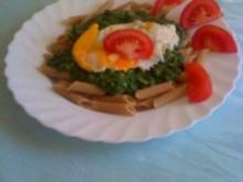 Vollkornnudeln mit Spinat und Spiegelei - Rezept