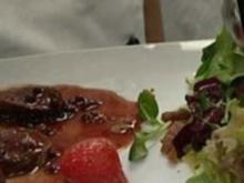 Hasenfilet mit gepfefferten Erdbeeren an Wintersalat - Rezept