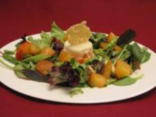 Parmesan-Mousse auf Salaten mit rohem Spargel und warmen Pflaumen - Rezept