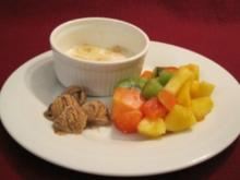 Hot Bananas mit Tropical Fruit Salad und dunklen Schoko-Eis-Kugeln - Rezept