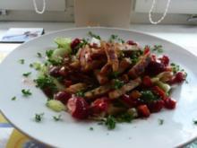 Salate: Eisbergsalat mit Erdbeer- Himbeerdressing und Hähnchenstreifen - Rezept