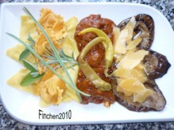 Scharfe Ajvar-Pilzsauce an Tortellini mit gebratenen Auberginenscheiben - Rezept